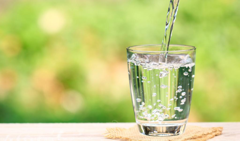 Glas mit frischem Trinkwasser
