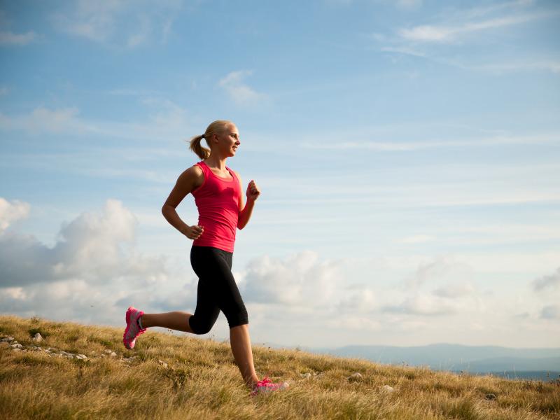 Frau macht Sport bei Hitze mit Funktionskleidung