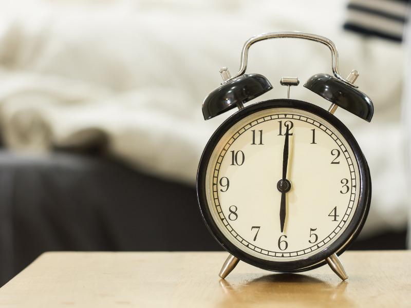 Wecker mit Uhrzeitanzeige morgens