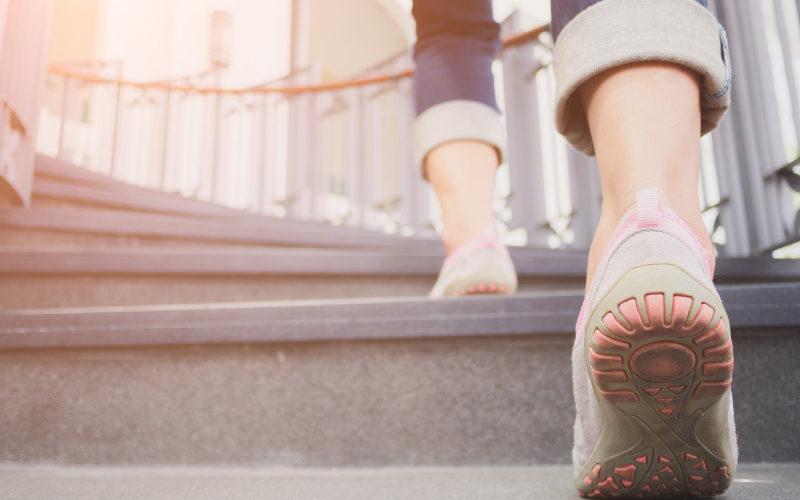 Frau steigt Treppe hinauf